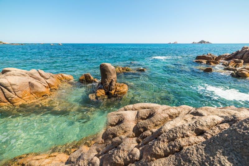 Βράχοι και μπλε θάλασσα στην παραλία της Σάντα Μαρία Navarrese στοκ εικόνες