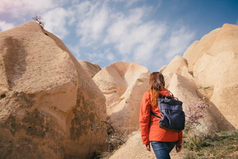 Βράχοι και μπλε ουρανός Cappadocia και ενός θηλυκού backpacker στοκ εικόνες