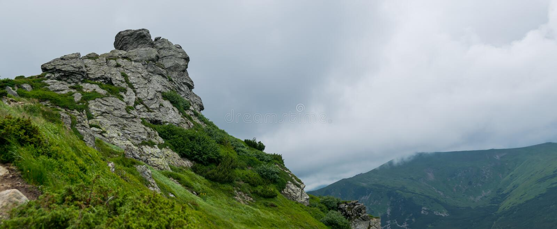 Βράχοι και ομιχλώδες mountainside πανόραμα στοκ εικόνες με δικαίωμα ελεύθερης χρήσης