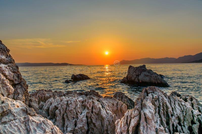 Βράχοι και πορτοκαλί ηλιοβασίλεμα στοκ φωτογραφία με δικαίωμα ελεύθερης χρήσης