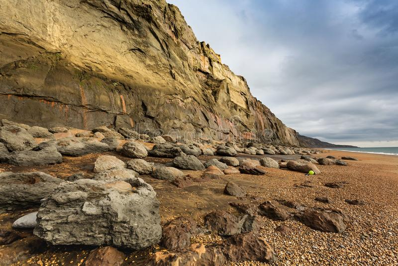 Βράχοι και συντρίμμια στο πόδι των απότομων βράχων Isle of Wight, Αγγλία ραχών φαλαινών στοκ εικόνα με δικαίωμα ελεύθερης χρήσης