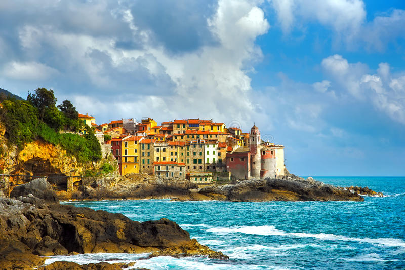 Βράχοι και χωριό Tellaro στη θάλασσα Cinque terre, Ligury Ιταλία στοκ φωτογραφία με δικαίωμα ελεύθερης χρήσης
