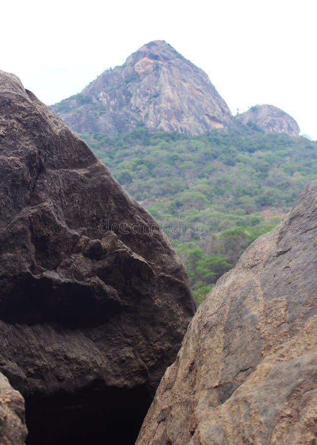 Βράχοι και λόφος στοκ φωτογραφία με δικαίωμα ελεύθερης χρήσης