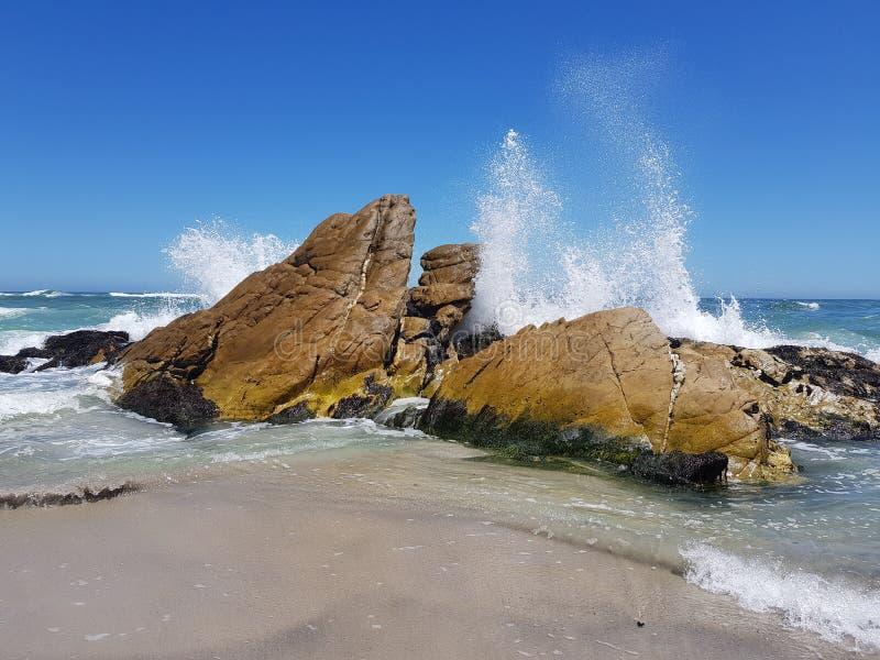Βράχοι με τα συντρίβοντας κύματα στοκ φωτογραφία με δικαίωμα ελεύθερης χρήσης