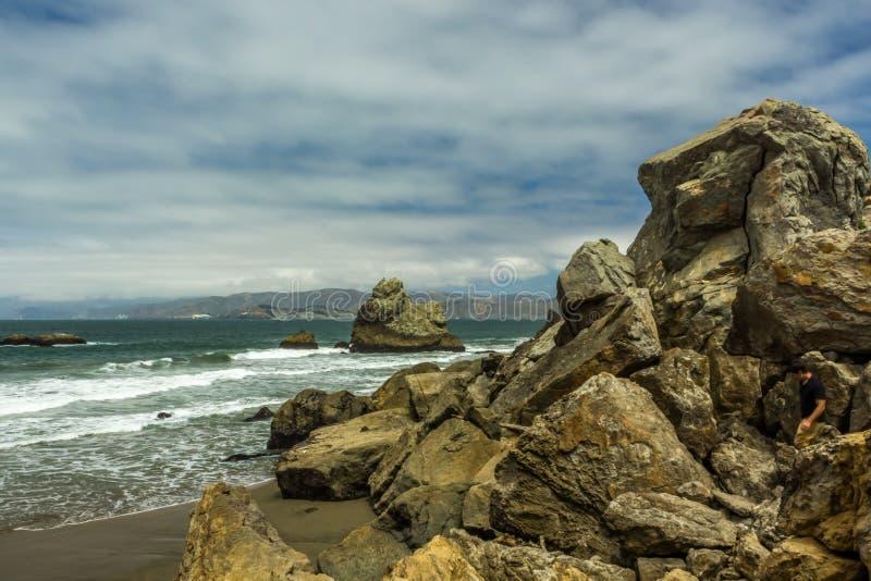 Βράχοι σε μια παραλία κοντά στο Σαν Φρανσίσκο στοκ εικόνα