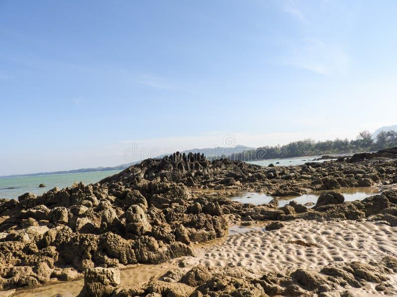Βράχοι στην αμμώδη παραλία στοκ εικόνες