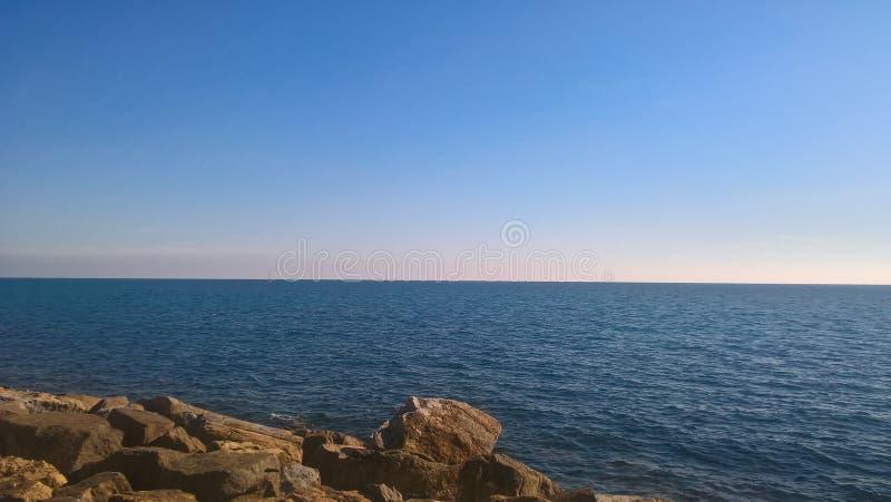 Βράχοι στην παραλία με μια μεγάλη ωκεάνια άποψη στοκ φωτογραφίες με δικαίωμα ελεύθερης χρήσης