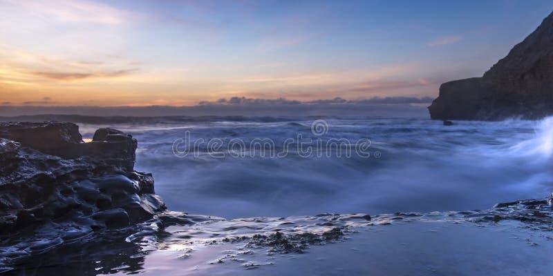 Βράχοι στη θάλασσα και τον πορτοκαλή ουρανό στο ηλιοβασίλεμα στο Σαν Ντιέγκο στοκ εικόνες