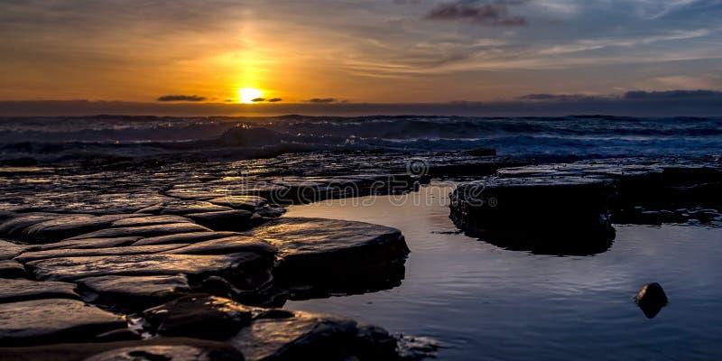 Βράχοι στις ομάδες του νερού της θάλασσας στο Σαν Ντιέγκο στο ηλιοβασίλεμα στοκ εικόνες με δικαίωμα ελεύθερης χρήσης