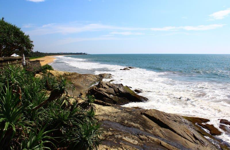 Βράχοι στον Ινδικό Ωκεανό κοντά στις βίλες Saman ξενοδοχείων στοκ φωτογραφία με δικαίωμα ελεύθερης χρήσης