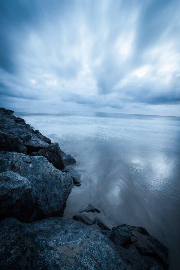 Βράχοι στον ωκεανό ηλιοβασιλέματος παραλιών στοκ φωτογραφίες