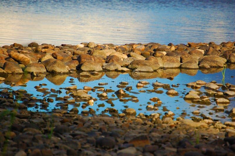 Βράχοι στο νερό στοκ φωτογραφία με δικαίωμα ελεύθερης χρήσης