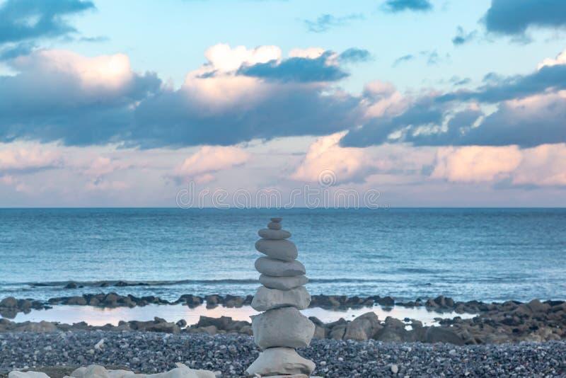 Βράχοι της Zen σε μια παραλία στο ηλιοβασίλεμα στοκ φωτογραφίες