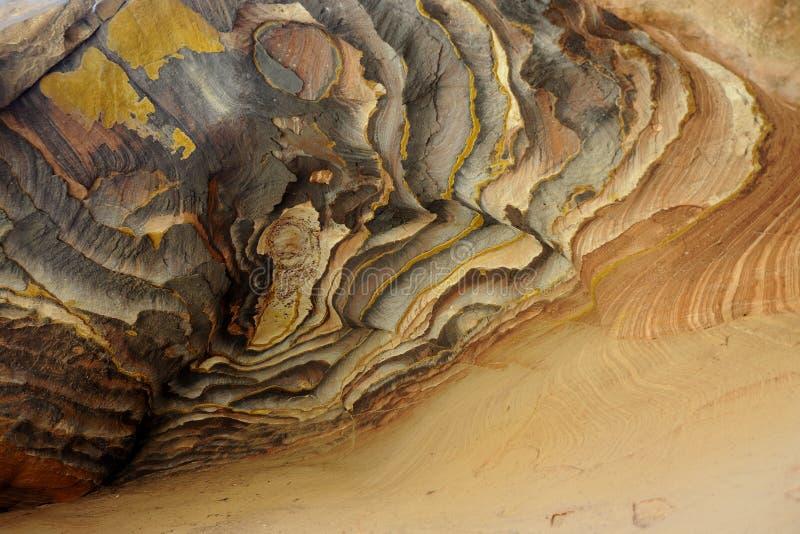 Βράχοι ψαμμίτη χρώματος στην έρημο της Ιορδανίας στοκ φωτογραφία