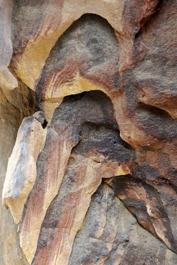Βράχοι ψαμμίτη χρώματος στην έρημο της Ιορδανίας στοκ φωτογραφίες