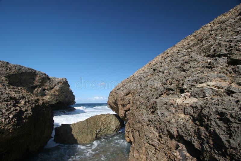 Download βράχοι στοκ εικόνες. εικόνα από ωκεανός, αφρός, σύννεφα - 395308