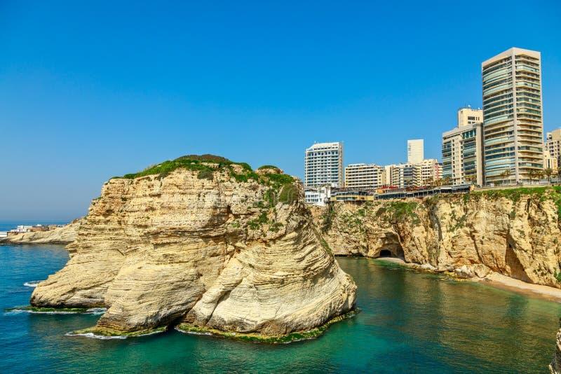 Βράχοι Raouche ή περιστεριών με τη θάλασσα και στο κέντρο της πόλης κτήρια στο υπόβαθρο, Βηρυττός, Λίβανος στοκ φωτογραφία με δικαίωμα ελεύθερης χρήσης