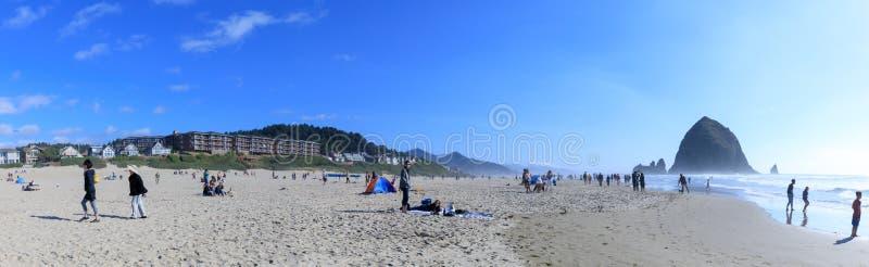 Βράχος θυμωνιών χόρτου στην παραλία πυροβόλων, τουριστικό αξιοθέατο στο Όρεγκον στοκ εικόνες με δικαίωμα ελεύθερης χρήσης
