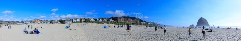 Βράχος θυμωνιών χόρτου στην παραλία πυροβόλων, τουριστικό αξιοθέατο στο Όρεγκον στοκ εικόνα
