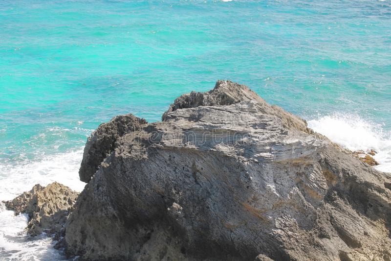 Βράχος και τυρκουάζ θάλασσα στοκ εικόνες