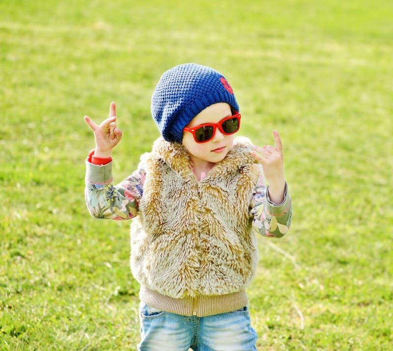 Βράχος κοριτσιών μικρών παιδιών έξω στοκ εικόνα με δικαίωμα ελεύθερης χρήσης