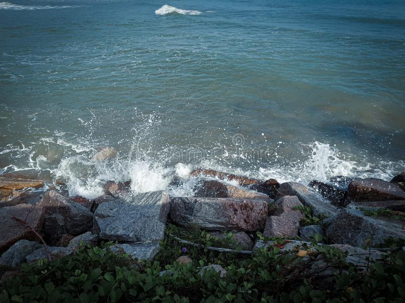 Βράχος κυμάτων actack στοκ εικόνα με δικαίωμα ελεύθερης χρήσης