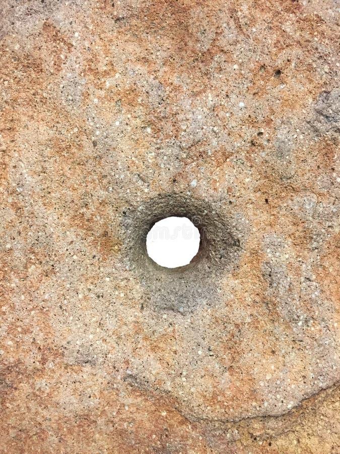 Βράχος με μια τρύπα στο κέντρο στοκ εικόνες