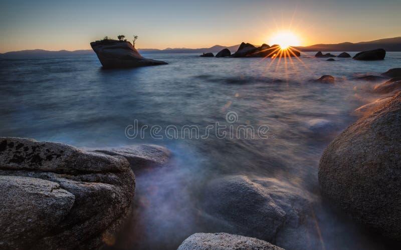 Βράχος μπονσάι, λίμνη Tahoe στοκ εικόνες