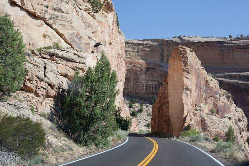 Βράχος που κόβεται για το δρόμο στο εθνικό μνημείο του Κολοράντο στοκ εικόνες