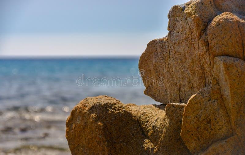 Βράχος που μοιάζει με έναν πίθηκο μπροστά από τη θάλασσα στοκ φωτογραφίες