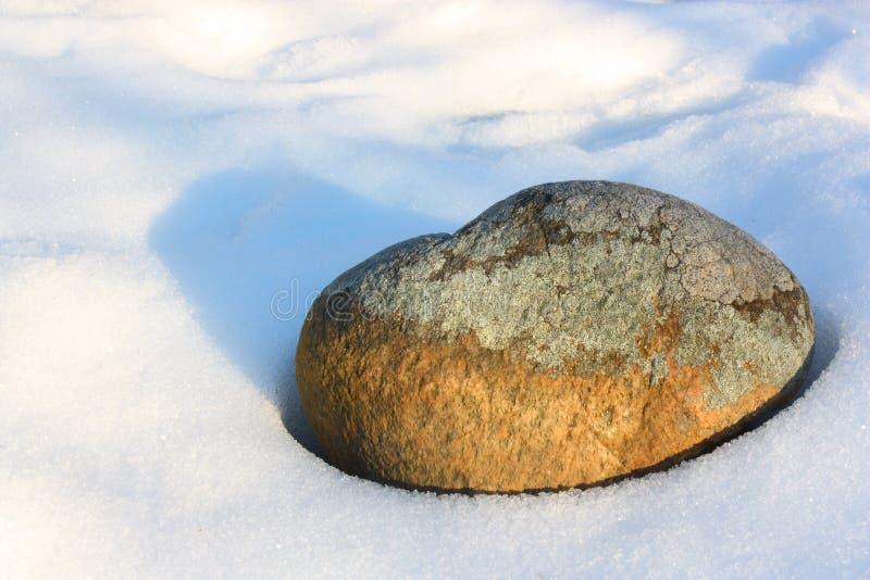 Βράχος που περιβάλλεται απόμερος από το χιόνι στοκ εικόνες με δικαίωμα ελεύθερης χρήσης