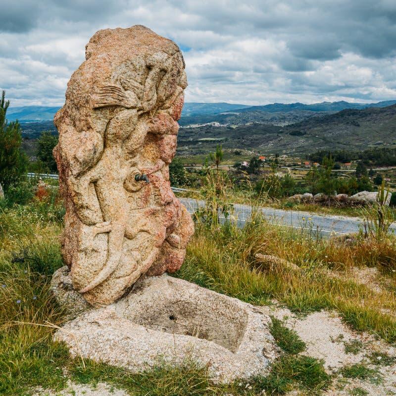 Βράχος που χαράζει μοιάζοντας με μια πηγή κατανάλωσης σαυρών που αγνοεί μια κοιλάδα στη βορειοανατολική Πορτογαλία, Ευρώπη στοκ εικόνες