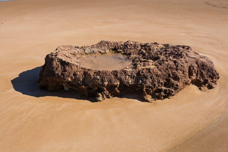Βράχος σε μια αμμώδη παραλία, Μαρόκο στοκ φωτογραφία με δικαίωμα ελεύθερης χρήσης