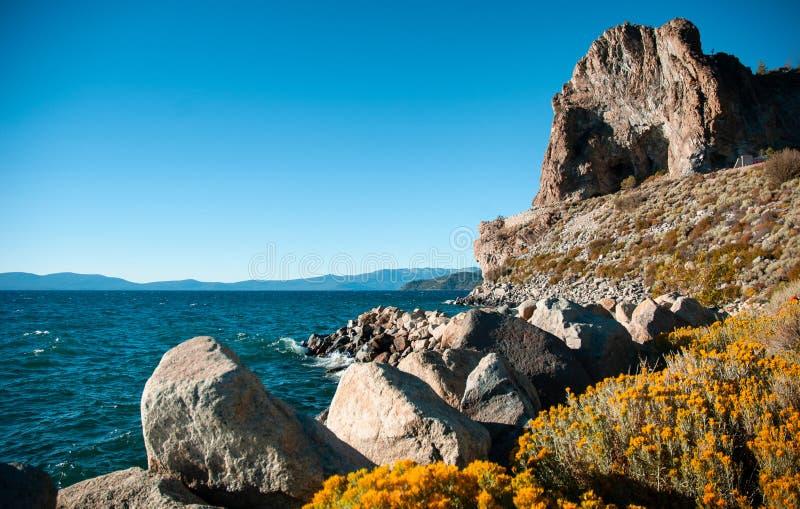 Βράχος σπηλιών και κίτρινο sagebush της λίμνης Tahoe το καλοκαίρι, Navada, U στοκ φωτογραφίες