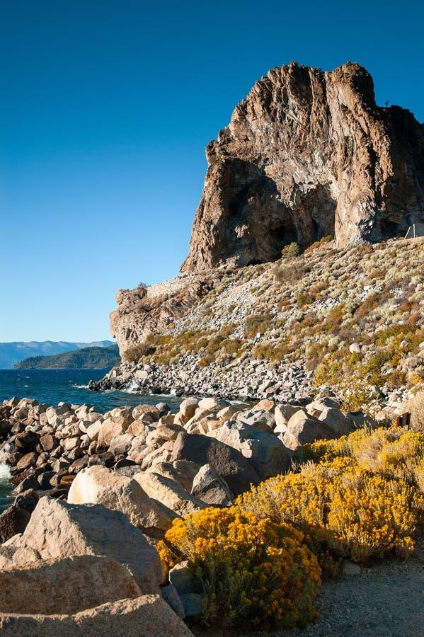 Βράχος σπηλιών και κίτρινο sagebush της λίμνης Tahoe το καλοκαίρι, Navada, U στοκ εικόνα με δικαίωμα ελεύθερης χρήσης