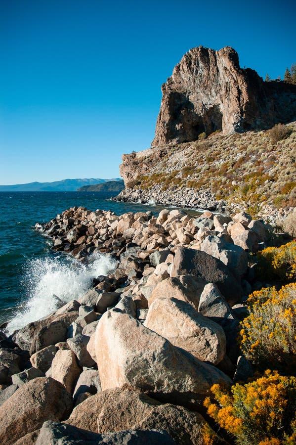 Βράχος σπηλιών και κίτρινο sagebush της λίμνης Tahoe το καλοκαίρι, Navada, U στοκ εικόνα
