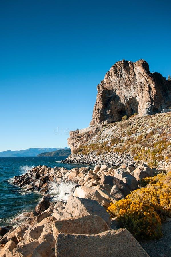 Βράχος σπηλιών και κίτρινο sagebush της λίμνης Tahoe το καλοκαίρι, Navada, U στοκ φωτογραφία