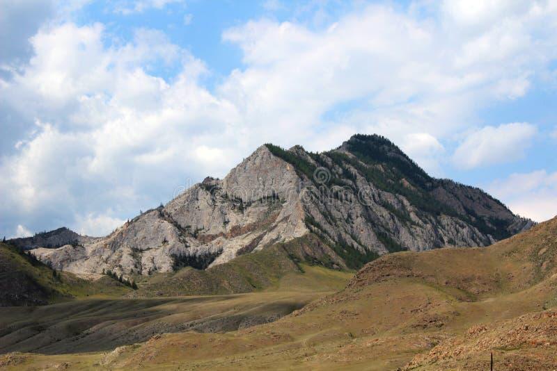 Βράχος στα βουνά και το μπλε ουρανό Altai στοκ εικόνες με δικαίωμα ελεύθερης χρήσης