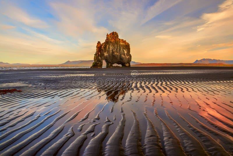Βράχος στην ακτή του ωκεανού μιας ενδιαφέρουσας ασυνήθιστης μορφής at low tide στοκ εικόνα