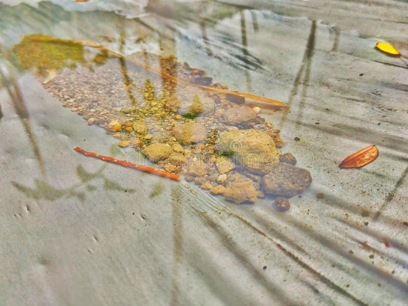 Βράχος στο νερό στοκ εικόνες με δικαίωμα ελεύθερης χρήσης