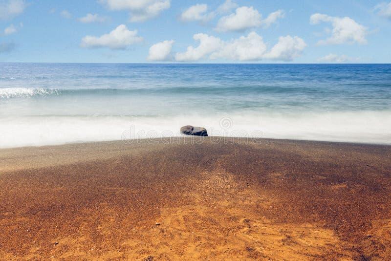 Βράχος, χρυσή παραλία θάλασσας και seascape άμμου exposure long στοκ εικόνες