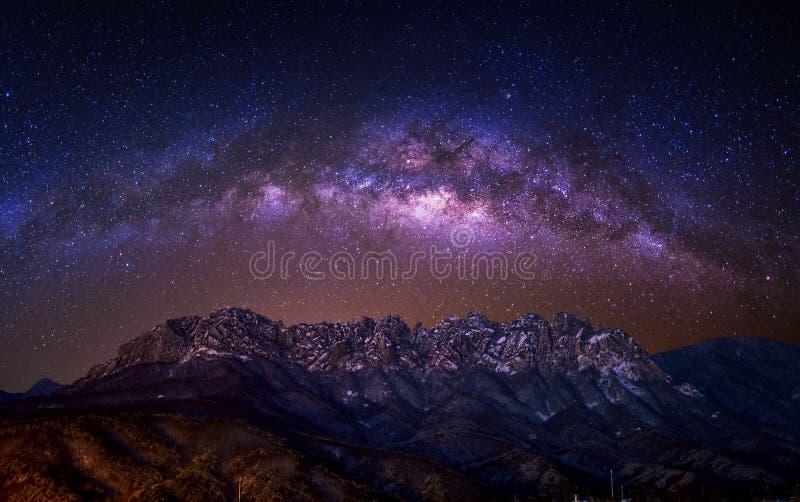 Βράχος bawi Ulsan με το γαλακτώδη γαλαξία τρόπων στα βουνά Seoraksan το χειμώνα, Κορέα στοκ εικόνα