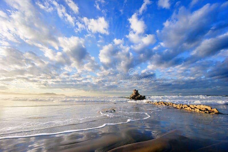 Βράχος Sopelana στην παραλία με τα όμορφα σύννεφα στοκ φωτογραφία