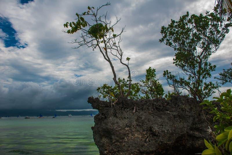 Βράχος Willys, που τοποθετείται στη διάσημη άσπρη παραλία, νησί Boracay, Φιλιππίνες στοκ εικόνες