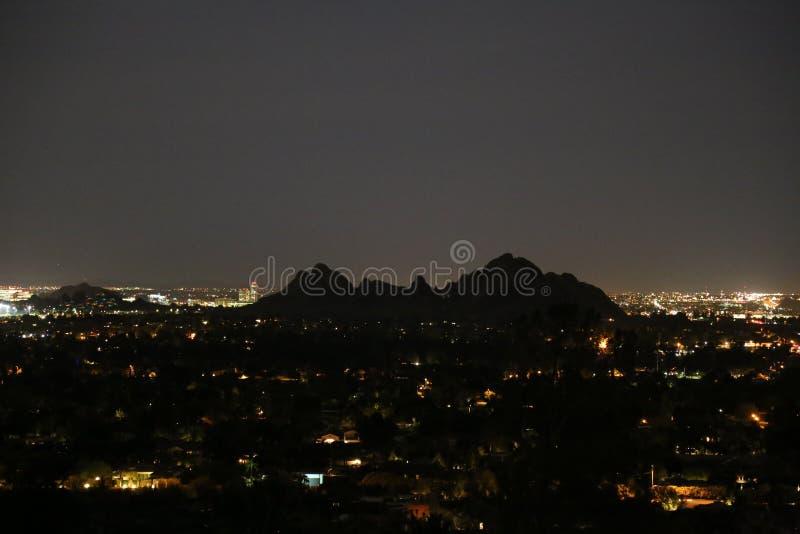 Βράδυ άνοιξη που κοιτάζει κάτω από το βουνό Camelback στοκ φωτογραφία με δικαίωμα ελεύθερης χρήσης