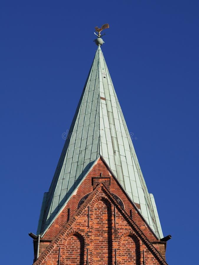 Βρέμη, Γερμανία - κώνος της εκκλησίας του ST Martini με τους τούβλινους τοίχους, την πράσινη στέγη χαλκού, καιρικό vane και το μπ στοκ εικόνα με δικαίωμα ελεύθερης χρήσης