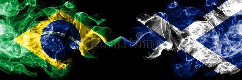 Βραζιλία εναντίον της Σκωτίας, σκωτσέζικες σημαίες καπνού που τοποθετούνται δίπλα-δίπλα Πυκνά χρωματισμένες μεταξωτές σημαίες καπ στοκ φωτογραφία με δικαίωμα ελεύθερης χρήσης