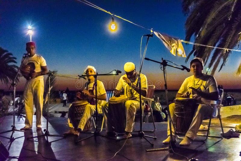 Βραζιλιάνα ορχήστρα μουσικής που παίζει τη νύχτα στοκ εικόνες