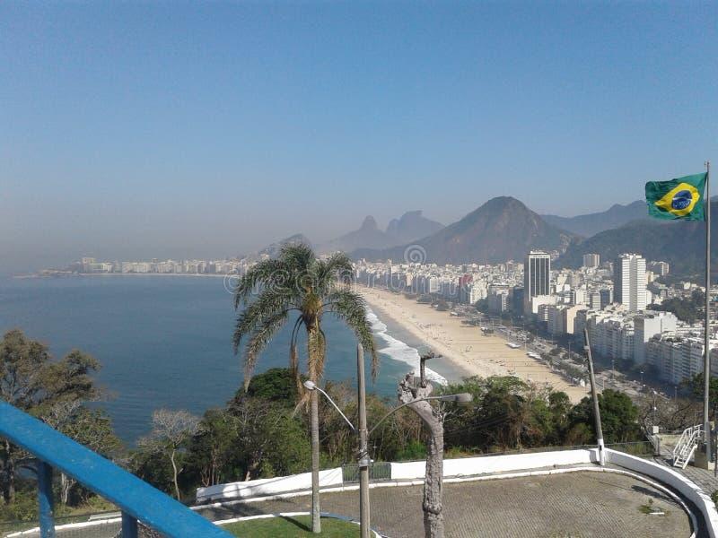 Βραζιλιάνικη σημαία και Copacabana προβάλλουν Duque de Caxias Fort Leme Rio de Janeiro Βραζιλία Οριζόντιο στοκ εικόνα με δικαίωμα ελεύθερης χρήσης
