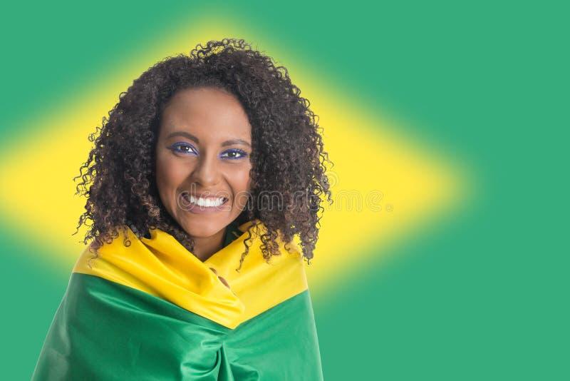 Βραζιλιάνος εορτασμός ανεμιστήρων γυναικών στον αγώνα ποδοσφαίρου στο άσπρο backg στοκ εικόνες